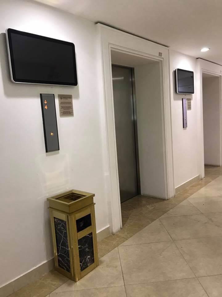 Màn hình quảng cáo mới được lắp thêm tại sảnh tầng hầm B1