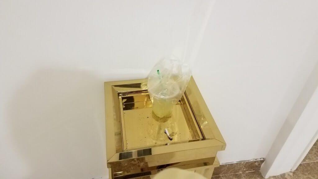 Vứt rác và hút thuốc ở hành lang