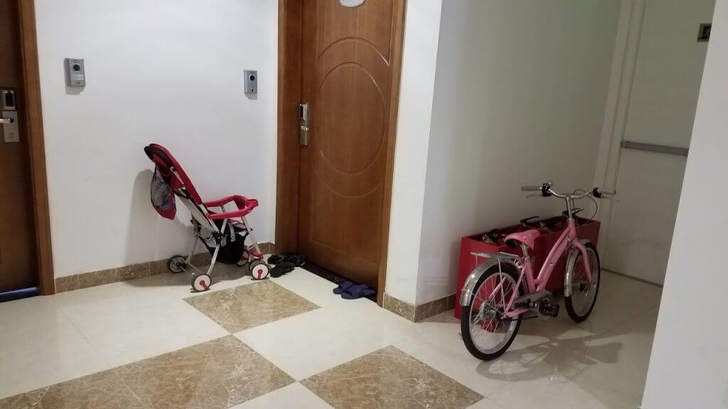 Dép và xe đạp trẻ em được cư dân để bừa bãi ở hành lang chung
